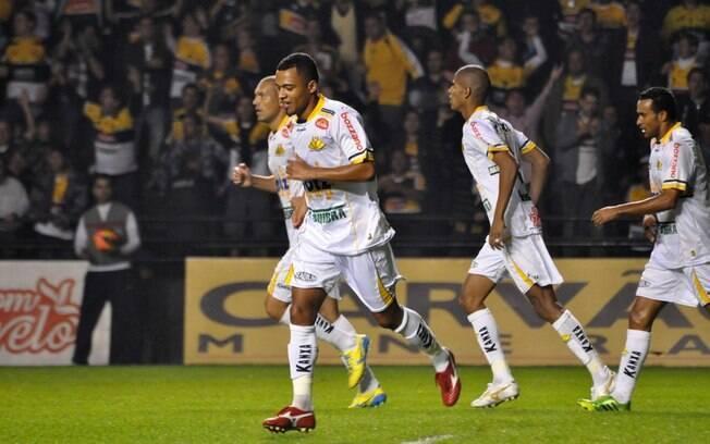 João Vítor comemora o primeiro gol do  Criciúma diante do Santos