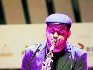 Em show, Sérgio Danilo recebe no palco o pianista Fábio Torres