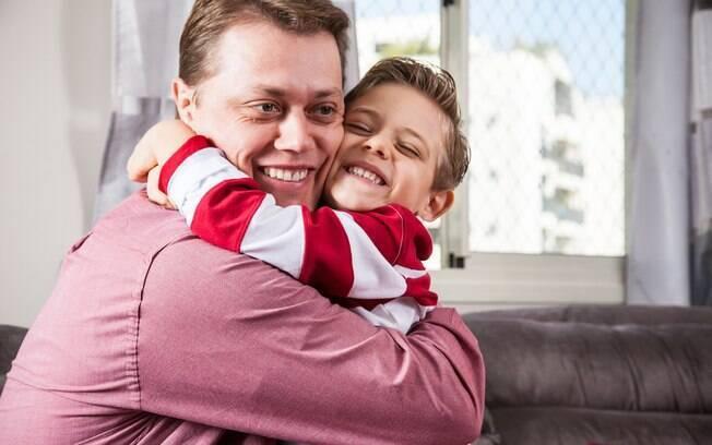 Alexandre faz questão de ensinar ao filho Gustavo, de quatro anos, a importância da solidariedade
