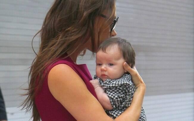 Harper Seven no colo da mãe, Victoria Beckham: a criança mais poderosa do mundo