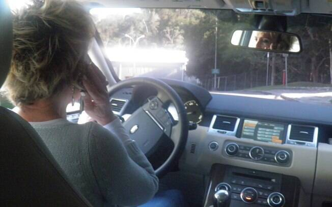 """Ana Maria Braga saindo do Projac: """"Eu adoro dirigir. E é uma oportunidade que eu tenho de ficar na minha um pouco. No resto do dia eu vou estar cercada de gente"""""""