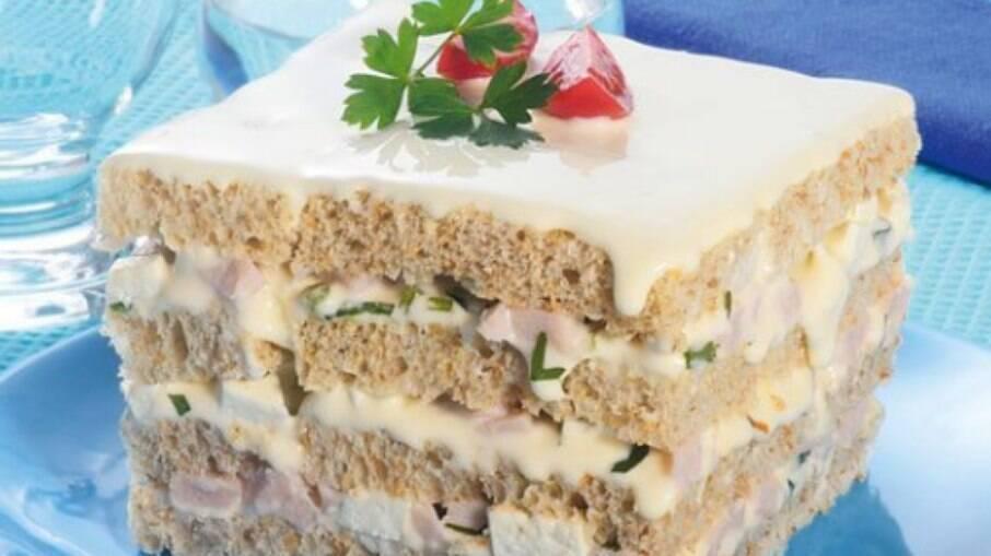 Veja essa receita de bolo salgado light com peito de peru defumado e queijo de minas, que além de ser simples de fazer, é uma opção saudável para o lanche!