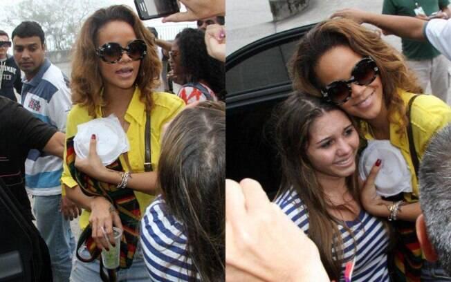 Rihanna ainda levou para o hotel um prato de salgados, que comprou na lanchonete do local. E também não soltou a camida para atender os fãs