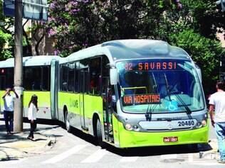 Região Centro-Sul. Motoristas tiveram dificuldade em fazer curva na avenida Getúlio Vargas com rua Professor Moraes, na Savassi
