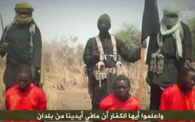 Vídeo mostra a morte de três homens vestidos com macacões laranja, característicos das propagandas do Estado Islâmico