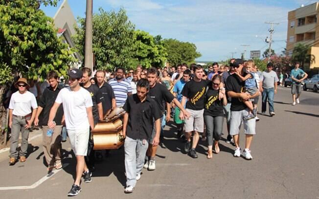 Fãs, familiares e amigos participaram do enterro, que aconteceu na manhã desse domingo (19)