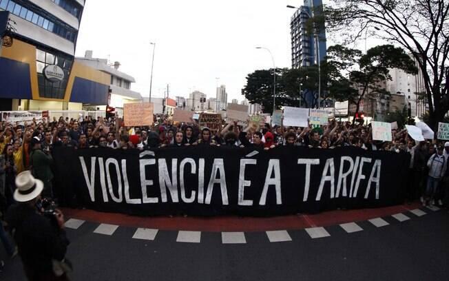 Protestos contra o aumento das tarifas de metrô em ônibus explodiram no Brasil em 2013