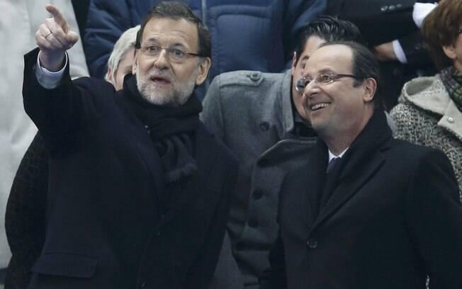 O primeiro-ministro espanhol Martiano Rajoy e  o presidente francês Francois Hollande acompanham  a partida entre Espanha e França pelas  elimiantórias