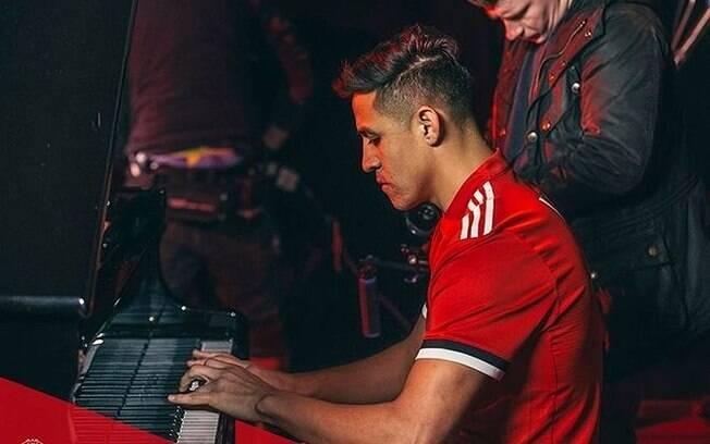 Alexis Sánchez toca piano durante apresentação no Manchester United