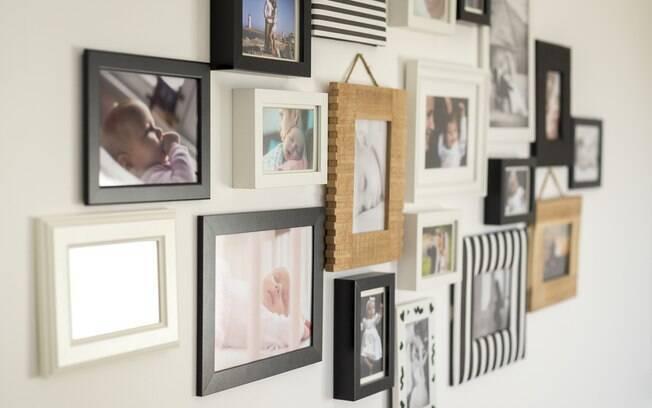 Na parede, a dica da arquiteta é utilizar fotos autorais para deixar a decoração da sala completamente personalizada