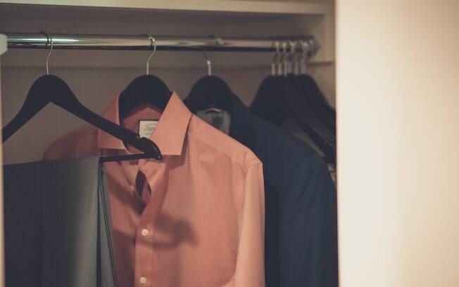 Após aprender a como passar camisa social, é importante também guardá-la corretamente para evitar que fique amassada