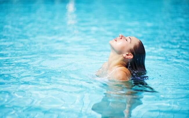 O mar e a piscina são capazes de trazer danos aos fios. Para evitar esses problemas, Jane ensina como cuidar do cabelo