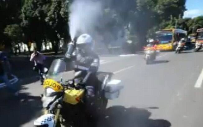 Momento em que um policial joga gás de pimenta em fotojornalista