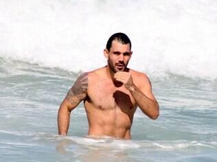 Juliano Cazarré na praia do Leblon