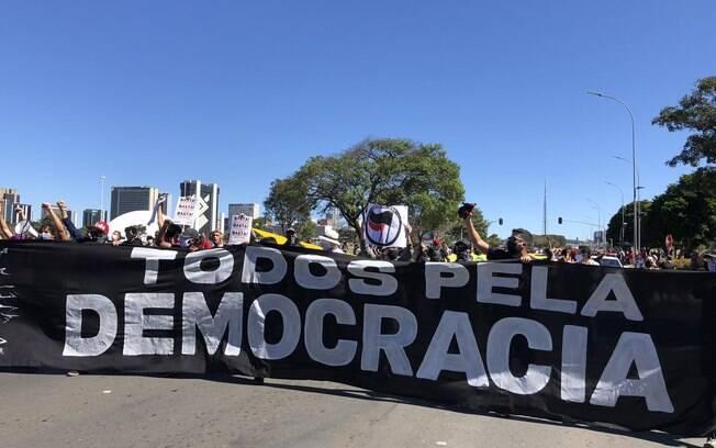 Manifestação em defesa da democracia e contra o racismo segue em clima pacífico na Esplanada