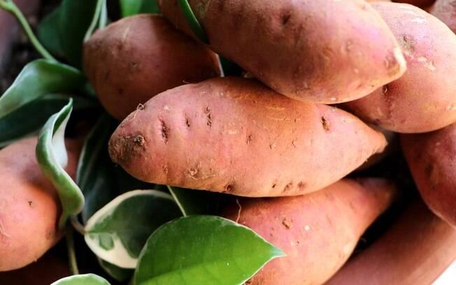 A batata-doce é uma fonte de carboidrato de baixo índice glicêmico, por isso é tão utilizada em cardápios mais saudáveis