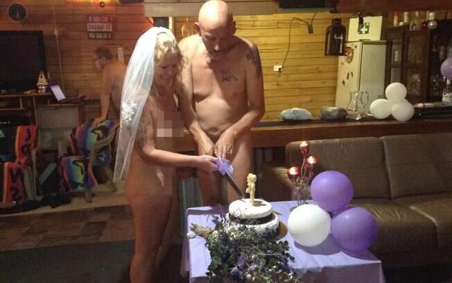 Eles casaram totalmente pelados, pois queriam algo único e que fosse a cara deles