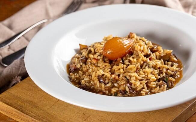 O risoto é um prato perfeito para casais, sendo uma receita fácil de dividir o preparo