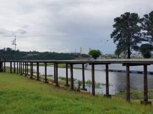 Pier do Yacht Club Santo Amaro está inutilizado por causa da queda do nível de água na represa de Guarapiranga