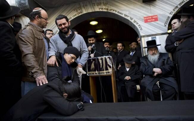Família e parentes do judeu francês Yoav Hattab, vítima do ataque à mercearia kosher em Paris, se reúnem em torno de caixão simbólico perto de Tel Aviv, Israel