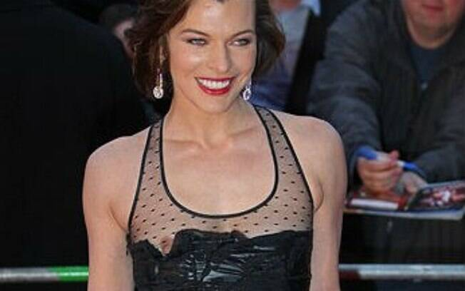 Milla Jovovich com um dos seios para fora do vestido