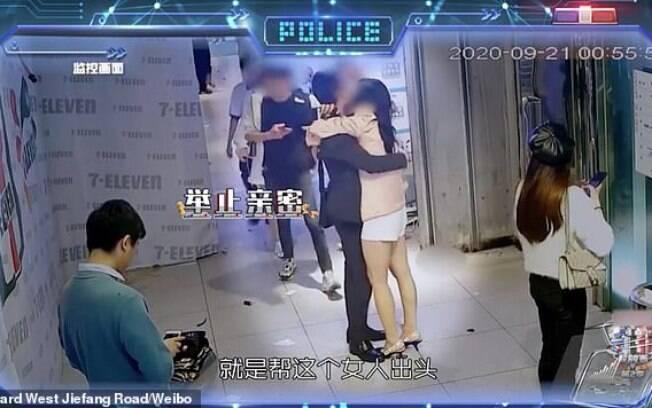 Vídeo mostra homem com outra mulher e, depois, os dois brigando