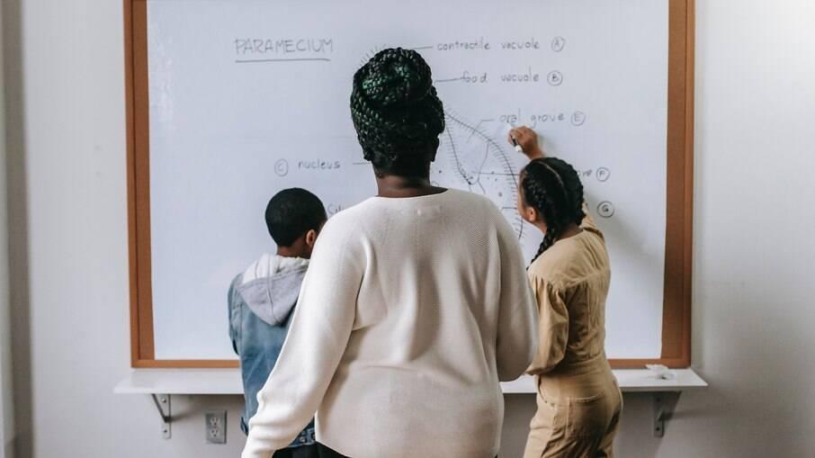 Professores LGBTQIAP+ em sala de aula impulsionam debate sobre diversidade, mas sofrem por pressões do sistema educacional