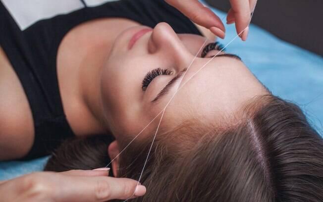 Escolher uma das técnicas de design de sobrancelha vai depender da sua sensibilidade à dor e do tempo de manutenção