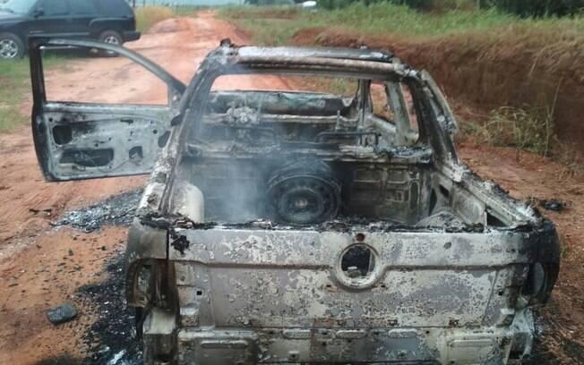 Picape carbonizada foi encontrada por motoristas em uma estrada rural, próxima à PR-490, em Altônia