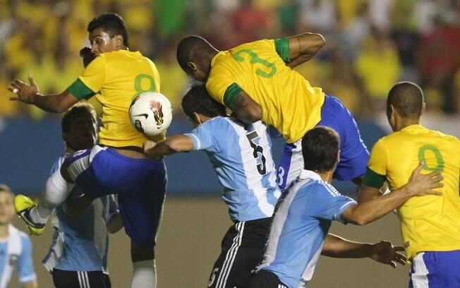 O zagueiro Dedé tenta testar a bola durante a  primeira etapa