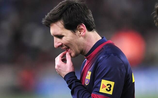 Messi deixa o campo após a derrota do  Barcelona