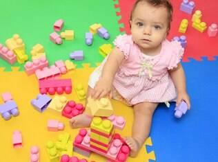 Exponha seu filho a mais brinquedos que exijam a participação ativa dele, como blocos lógicos coloridos, blocos de encaixe e quebra-cabeças