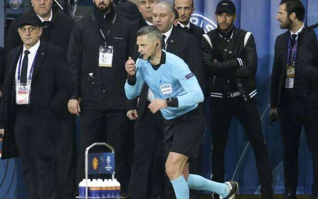 Neymar observa árbitro que, após analisar o vídeo, deu pênalti que culminou na eliminação do PSG para o Manchester United nas oitavas de final da Liga dos Campeões