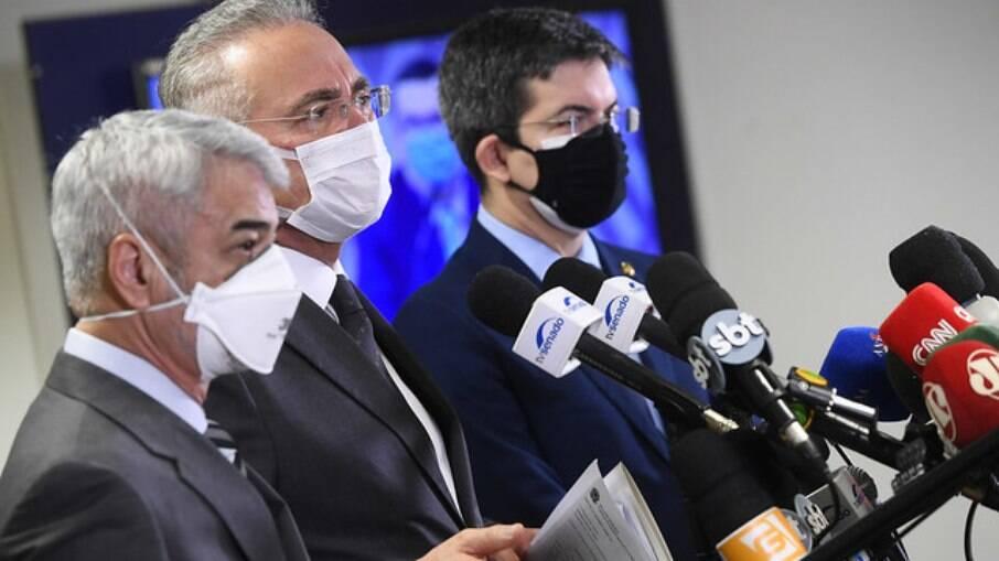 Humberto Costa (PT-PE), Renan Calheiros (MDB-AL) e Randolfe Rodrigues (Rede-AP) em coletiva de imprensa no Senado Federal na manhã desta sexta-feira, 18