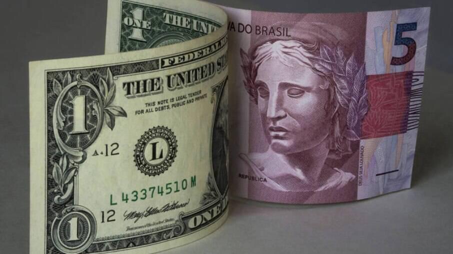 Por volta de 09h35, a moeda americana era negociada a R$ 5,2192, alta de 0,83%.