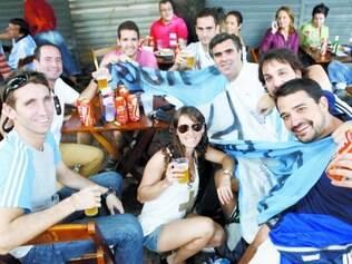Grupo de nove. Argentinos acham os preços praticados na Savassi altos, mas não se surpreendem