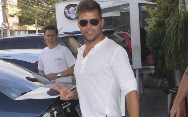 Ricky Martin saindo da churrascaria Pampa Grill no sábado (27)