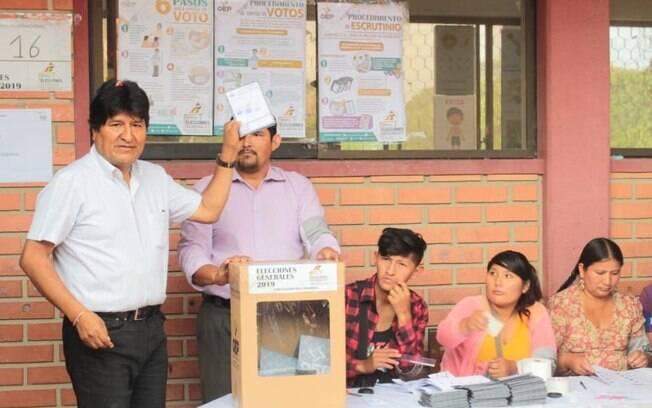 Evo Morales votando em eleições na Bolívia