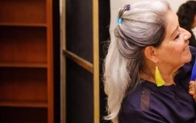 Amauride Machado explica que, após ficar desempregada, a falta de dinheiro a fez aceitar seus cabelos brancos