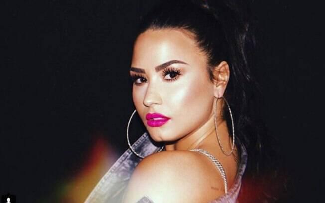 Dicas de fotografia: olhar para cima deixa o rosto mais atraente, resultando em uma bela foto, assim como fez Demi Lovato