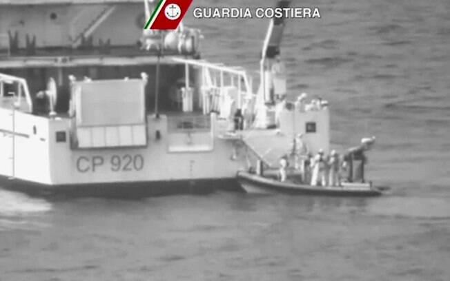 Nesta imagem tirada de vídeo disponibilizado pela Guarda Costeira italiana, navio de resgate  faz operação salvamento no mar Mediterrâneo, ao sul da ilha de Lampedusa. Foto: AP/Reprodução de TV