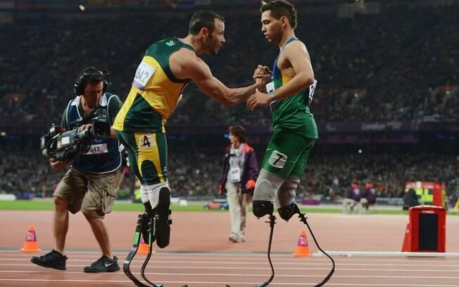 Oscar Pistorius e Alan Fonteles se  cumprimentam após a prova dos 200 m nas  Paraolimpíadas. O brasileiro levou a melhor