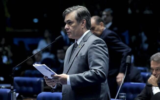 Senador Cassio Cunha Lima (PSDB-PB) levanta questão de ordem antes do início da sessão deliberativa que vota o afastamento da presidente Dilma Rouseff. Foto: Geraldo Magela/Agência Senado - 11.05.2016