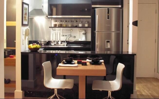 A cozinha foi aberta para integrar-se com a sala e tornar o espaço mais amplo