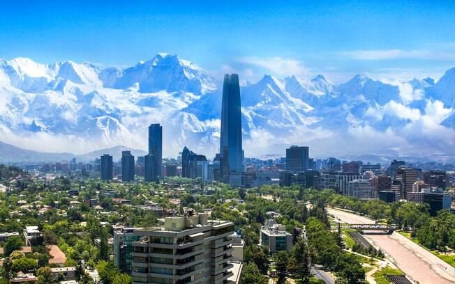 Em meio às montanhas andinas, surge o primeiro dos destinos de férias: a majestosa capital do Chile, Santiago