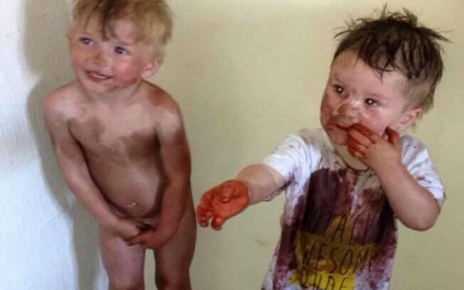 Leo (esq) e Kyle encontraram o bronzeador artificial da mãe do segundo e fizeram a festa com o produto