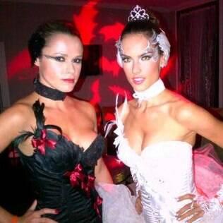 Alessandra Ambrosio e sua amiga com fantasias que se completam