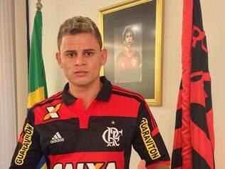 Jonas promete 'comer grama' para honrar a camisa do Flamengo