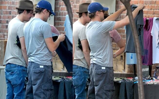 Leonardo DiCaprio e seu amigo Lukas Haas fazem compras nas ruas do Soho, em Nova York