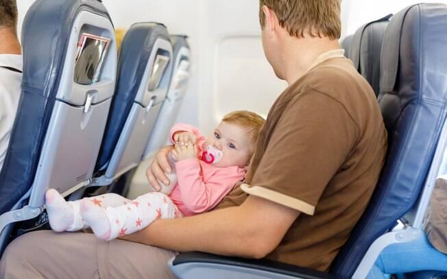 No caso do bebê chorando muito, a chupeta pode ajudar a deixá-lo mais calmo; veja outras dicas simples e fáceis